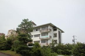 志摩賢島本校。昔ホテルだった建物を改装した学校で、眺望は抜群です