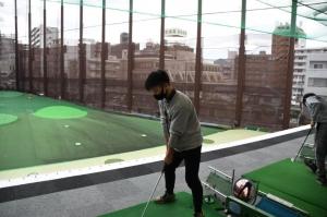体育の「ゴルフ」の授業風景です。学校から近いゴルフの打ちっぱなしへ行きました。