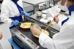 調理パティシエコースの「調理」の授業風景です。