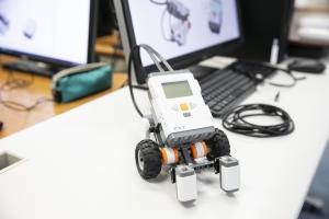 ITコース「ロボティックス」の授業風景です。提携している京都コンピュータ学院で実施しています。