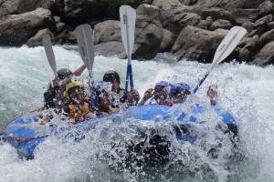 吉野川の激流を下る「ラフティングキャンプ」